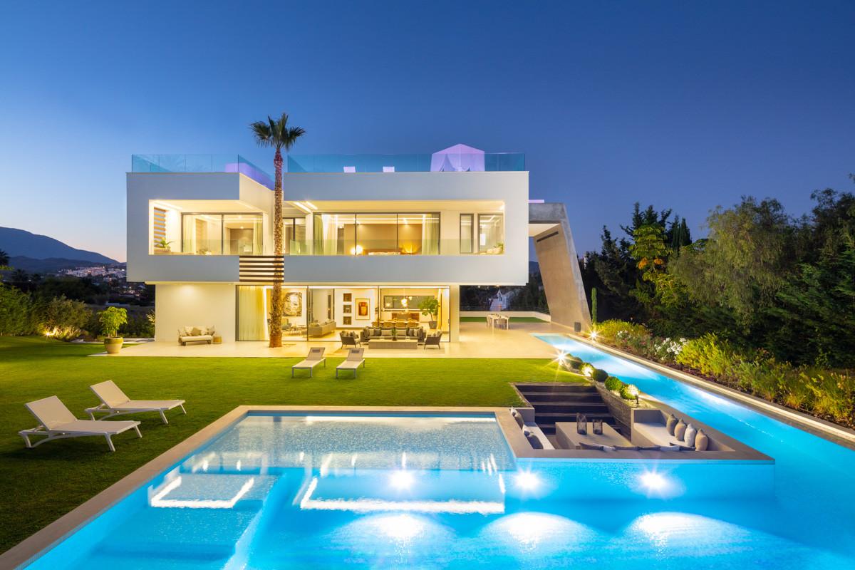 Detached Villa for sale in Nueva Andalucía R3931078