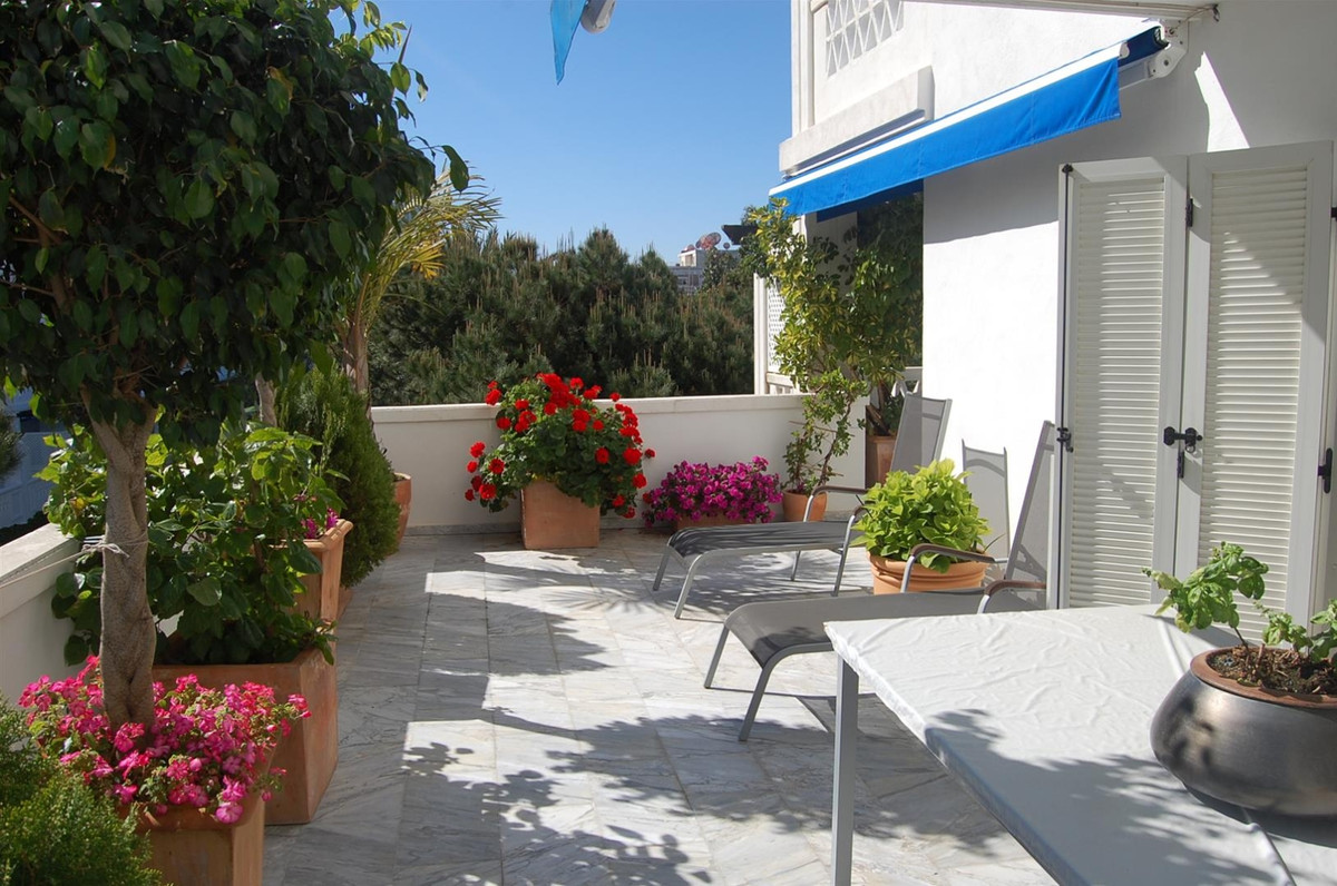 Stunning apartment situated in a beautiful urbanization in the heart of Puerto Banus and close to al,Spain