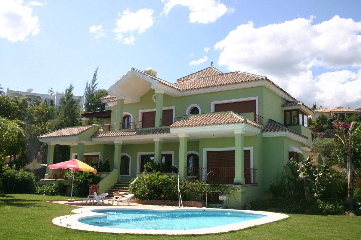Brand new south facing villa situated in El Paraiso Alto, a very quiet area, surrounded by its magni,Spain
