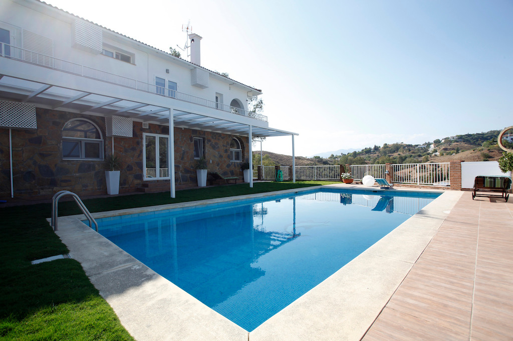 Spectacular Villa situated in the prestigious Urbanization Dona Pilar, with fantastic land and mount,Spain