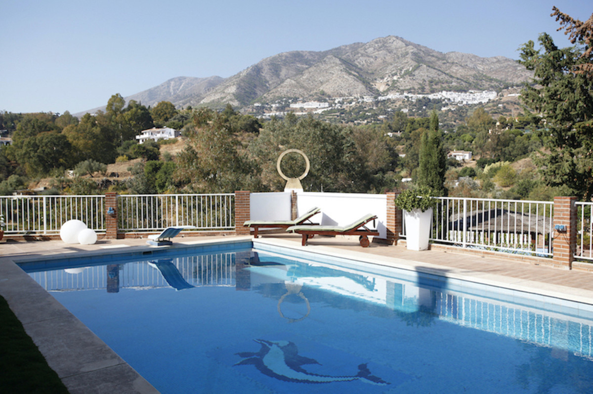 Spectacular modern and large big detached house, situated in the prestigious Urbanization Dona Pilar,Spain