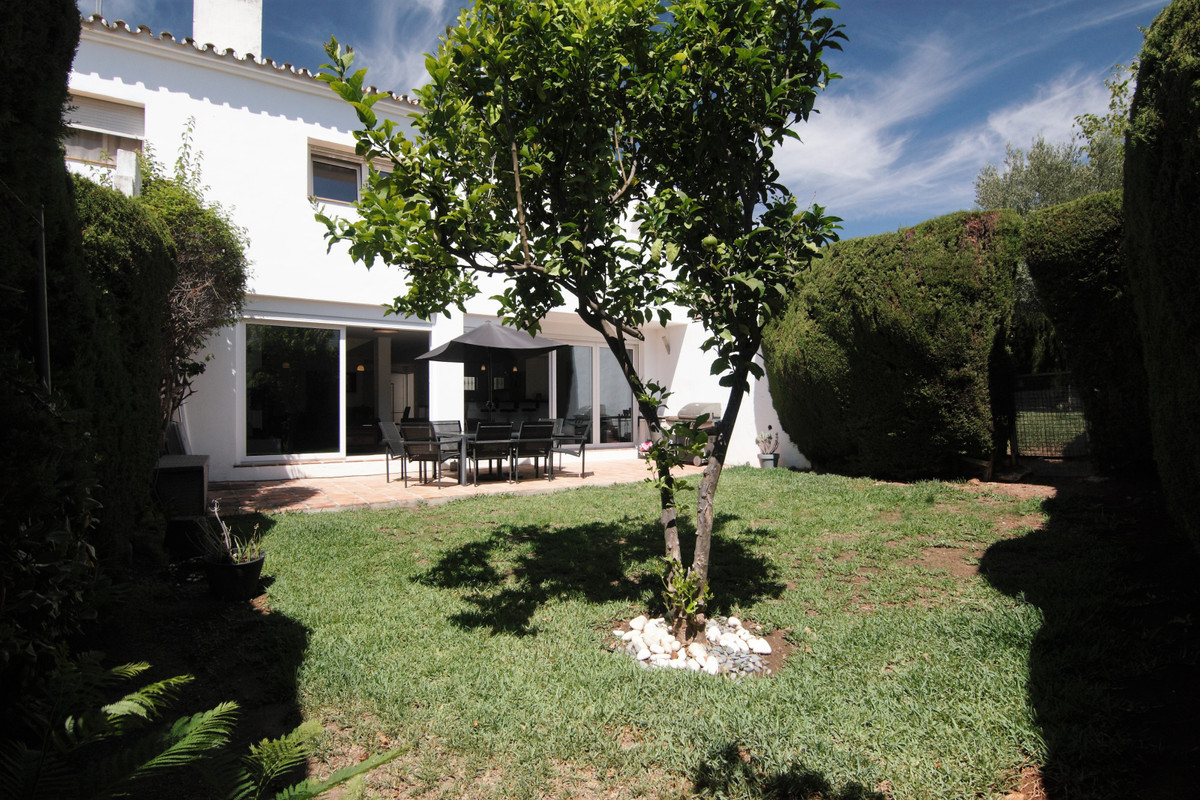 Beautiful recently refurbished townhouse with 4 bedrooms and 3 bathrooms distributed on 2 levels. On, Spain