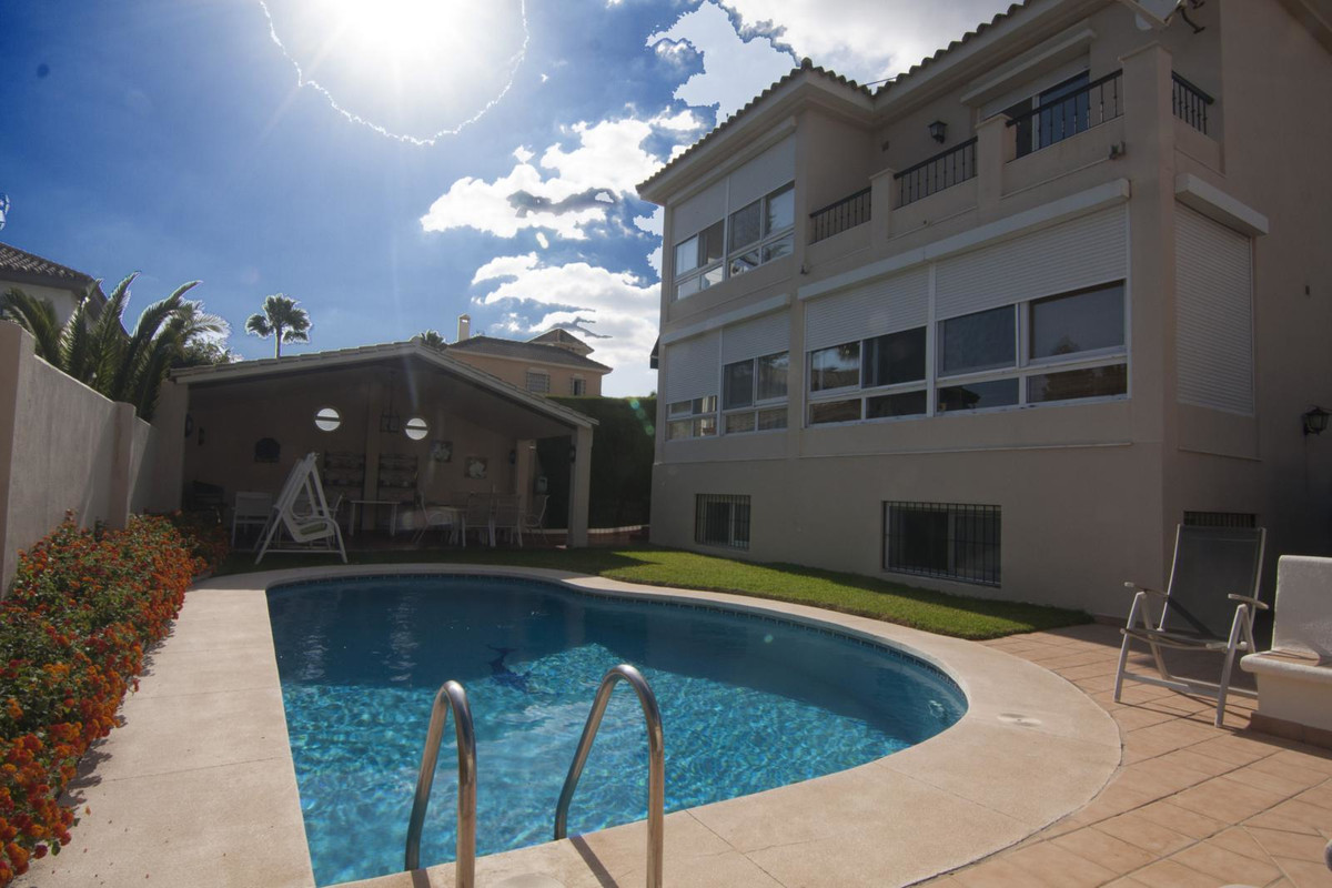 Beautiful Independent Villa, in very good condition, located in the center of Marbella, distributed ,Spain