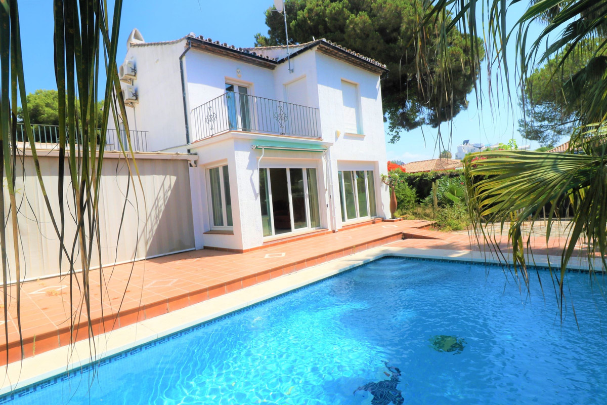 Villa en Venta en Benamara – R3674588