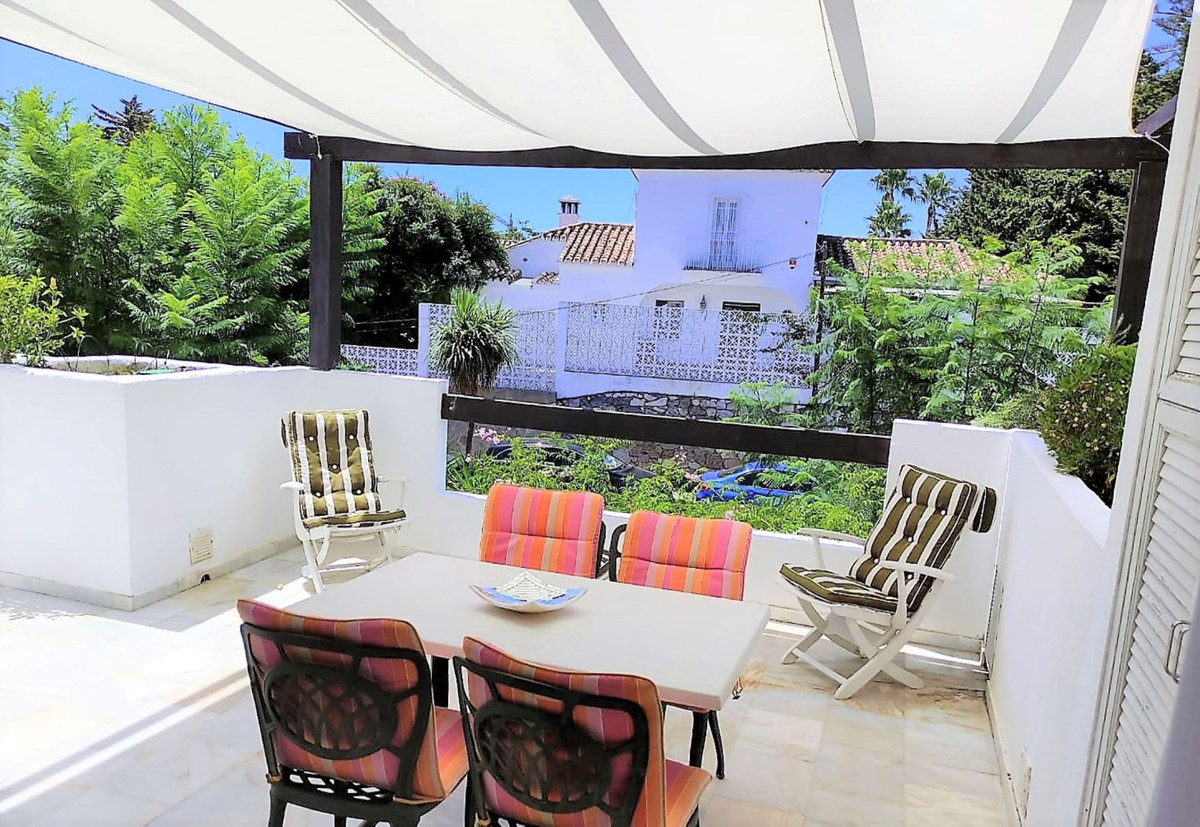 COZY MIDDLE FLOOR APARTMENT with huge terraces garden views - east facing. Less than 10 minutes by c,Spain