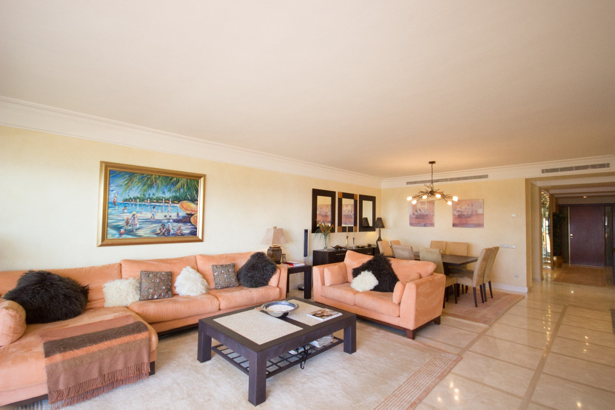 R3237211 | Middle Floor Apartment in Estepona – € 1,027,000 – 2 beds, 2 baths