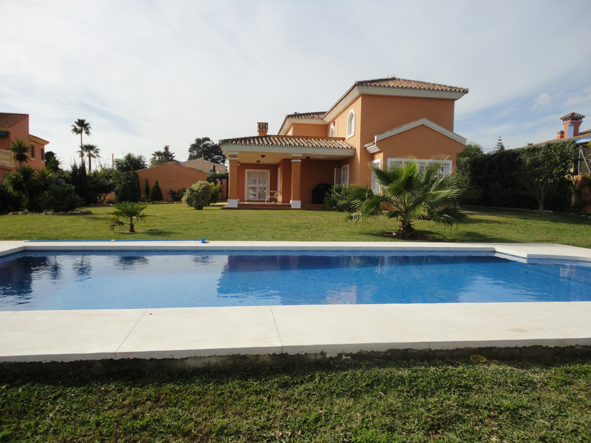 Detached Villa, Estepona, Costa del Sol. 4 Bedrooms, 4 Bathrooms, Built 455 m², Garden/Plot 1826 m²., Spain