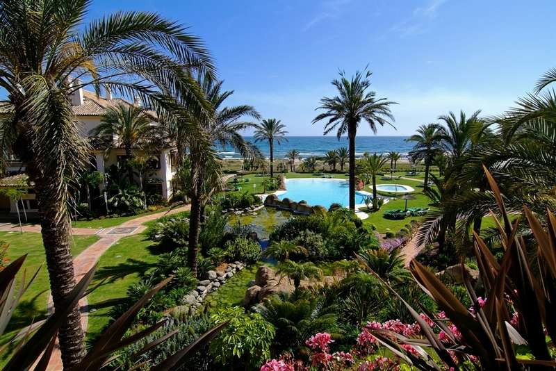 Unbeatable duplex penthouse placed in one of the most exclusive first beach line developments in Mar, Spain