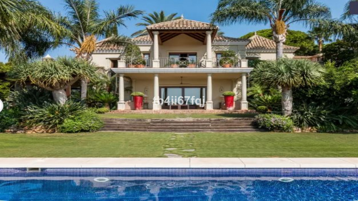 Magnificent traditional style villa in Rio Real. Marbella East Sea views South orientation. Radiatin, Spain