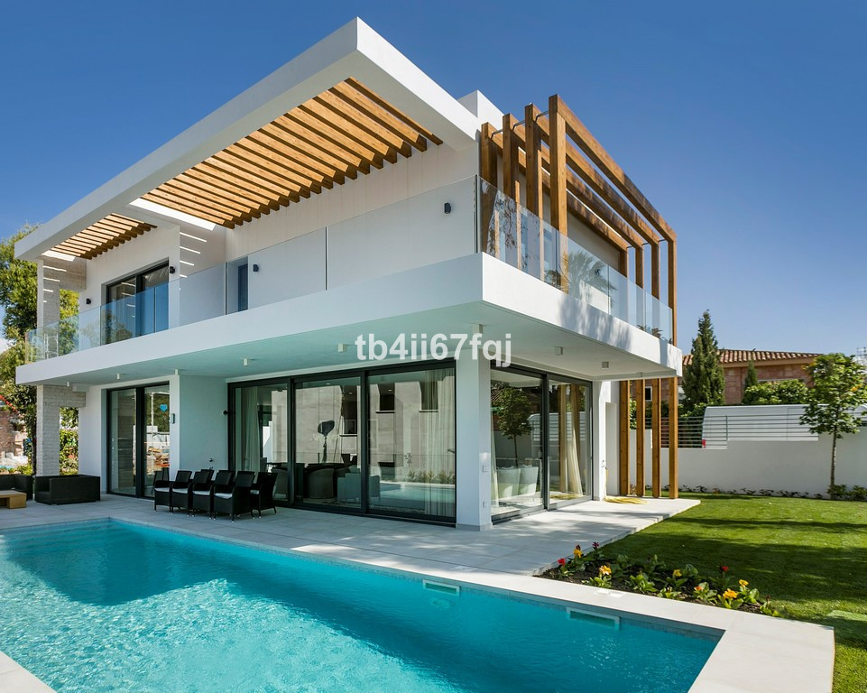 This one praises villa constructed in three level, where in the principal level on having entered th, Spain