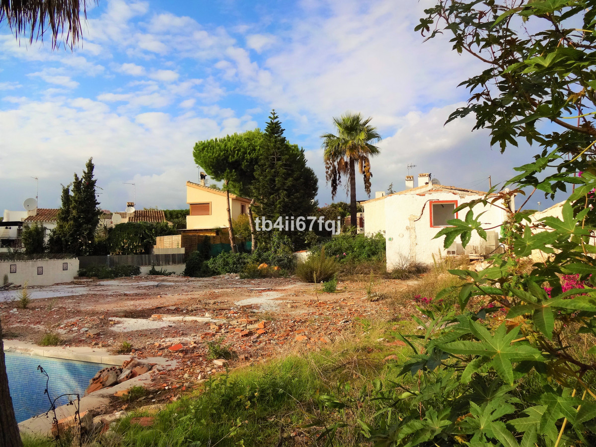Wonderful plot near the beach in urbanization with villas, is located in Calahonda. Flat completely,,Spain
