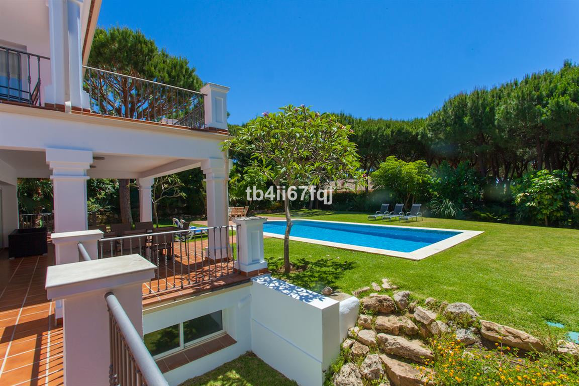 This spacious villa is located on a 1500 m² plot with private pool and beautifully landscaped garden, Spain