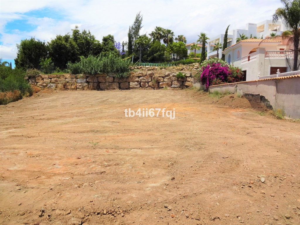 Plot with 1260 m2 located in El Paraiso, is a very flat plot, and close to all kinds of services, go Spain