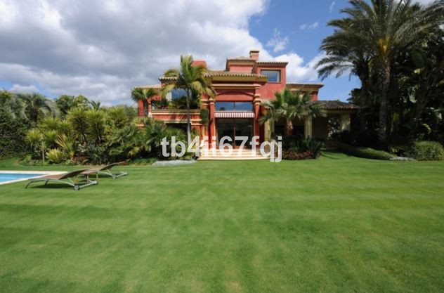 This spectacular villa with Middle East style has an area of 2029m2 and 1229m2 built, with 5 bedroom, Spain