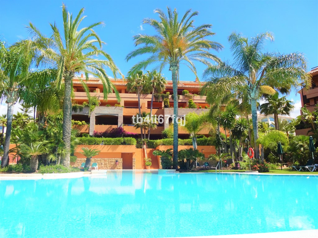 Fantastic duplex penthouse in a magnificent residential area east of the city.  The property has 212,Spain