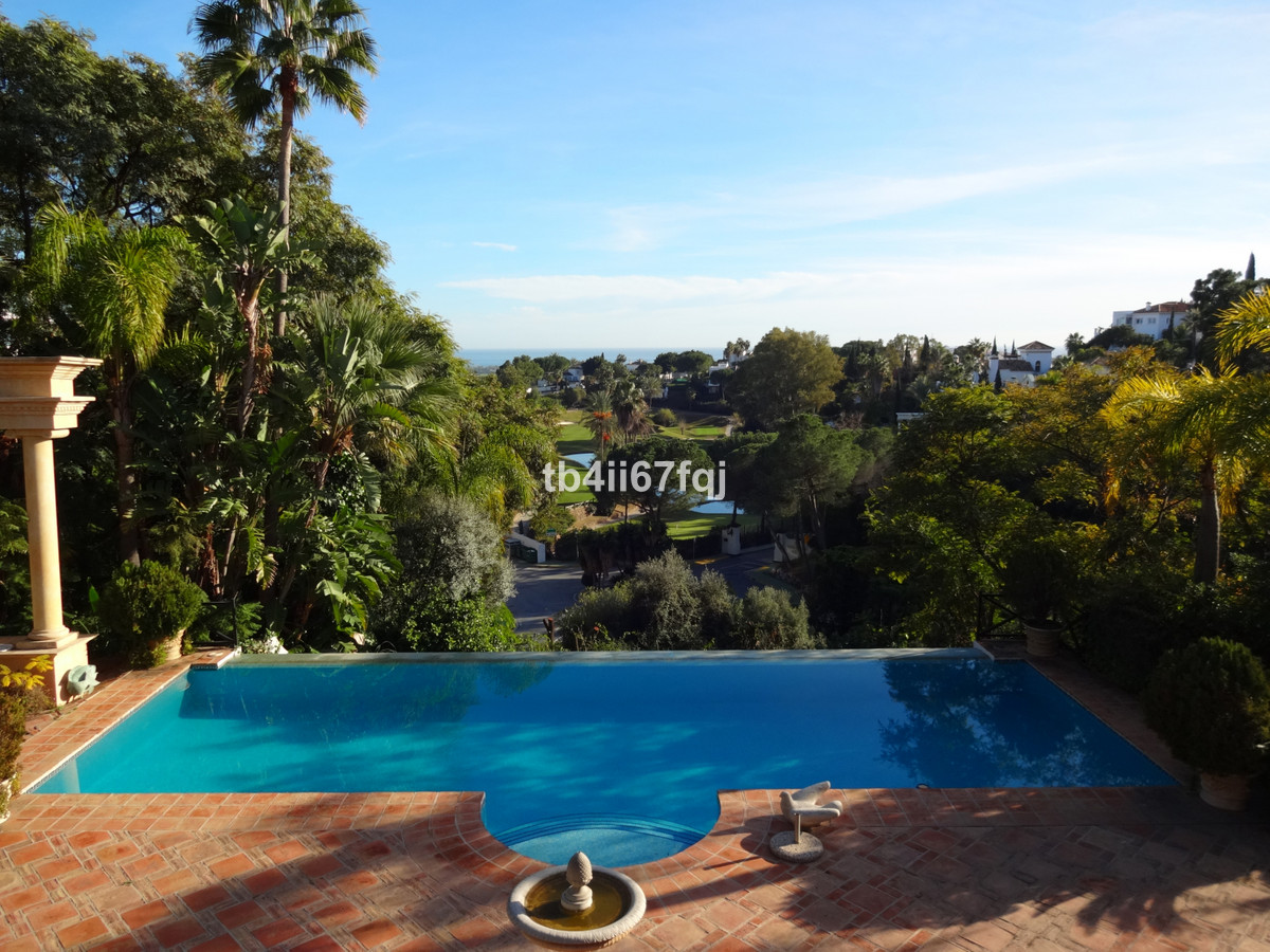 Fantastic villa in La Quinta, at the foot of the Hotel and golf club. With 3,678 m2 plot and 1,435 m,Spain