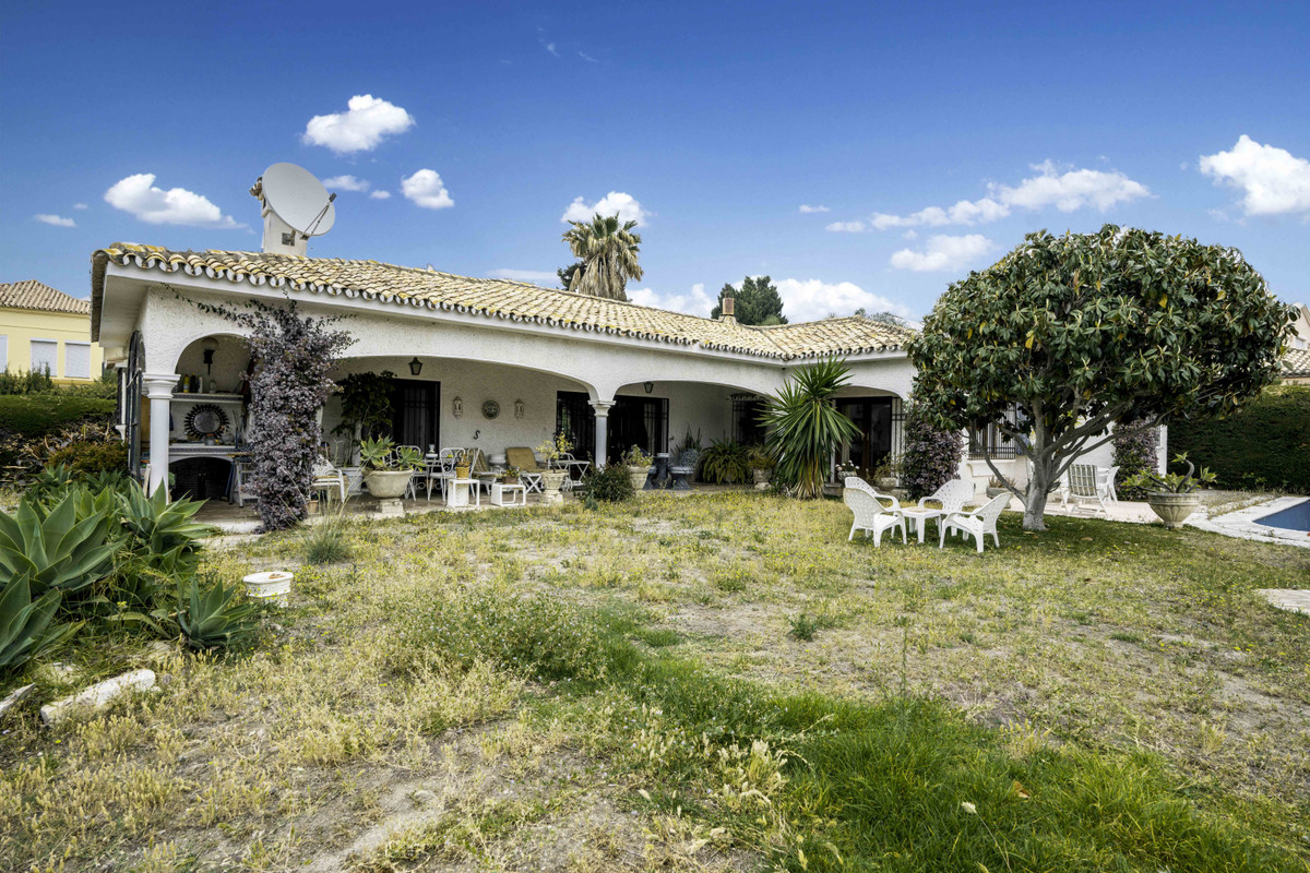 Investment opportunity!  We are delighted to exclusively offer this 3 bedroom bungalow set second li,Spain