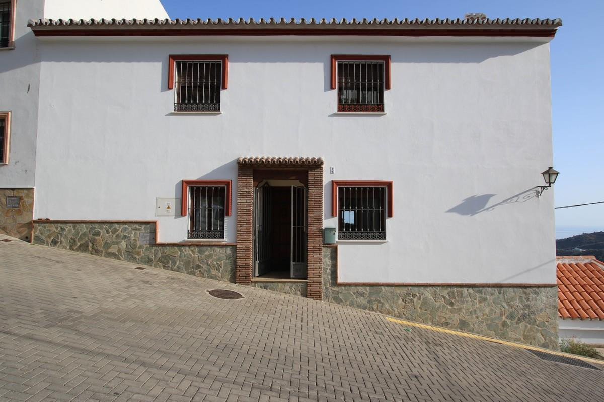 Townhouse in Ojen with SEA VIEWS.  .   Sea views .   108m2 garage .   Walking distance to bars and r,Spain