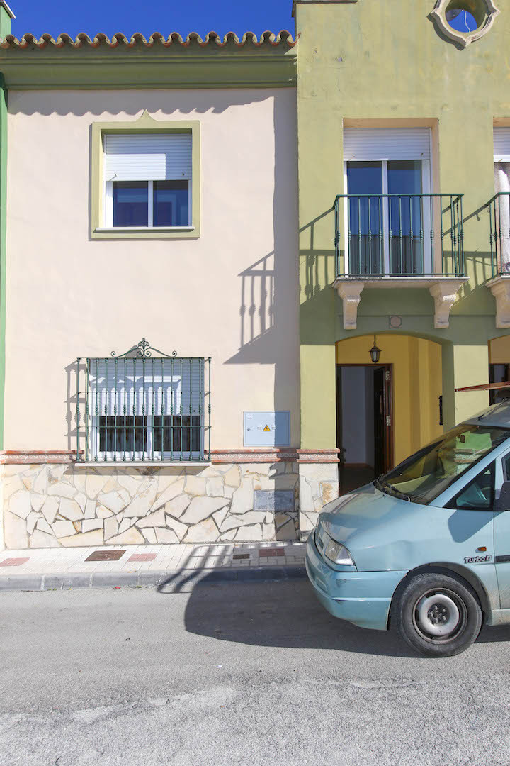 Terraced house located walking distance from shops and restaurants in Coin.  This large unfurnished ,Spain