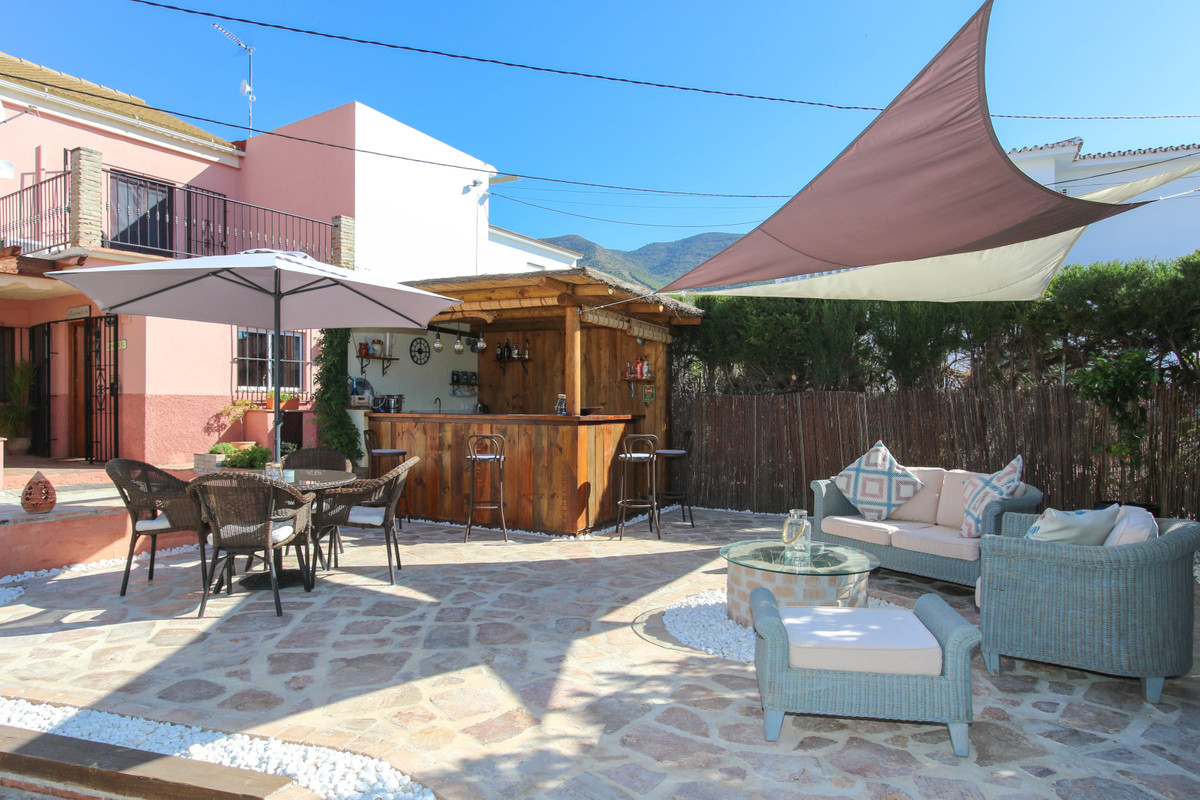 Wonderful villa, ready to move into, at walking distance of town.  .   Popular bustling town .   Man,Spain