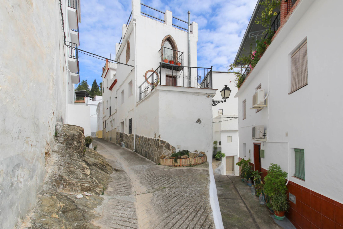Character Townhouse in the center of Tolox.   This striking property is located in the heart of the ,Spain