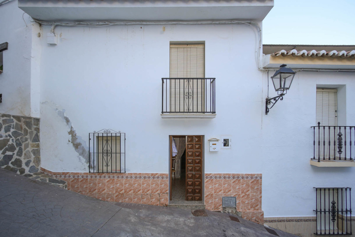 A townhouse to reform with a garden.   This blank canvas property is spread over two levels and has , Spain