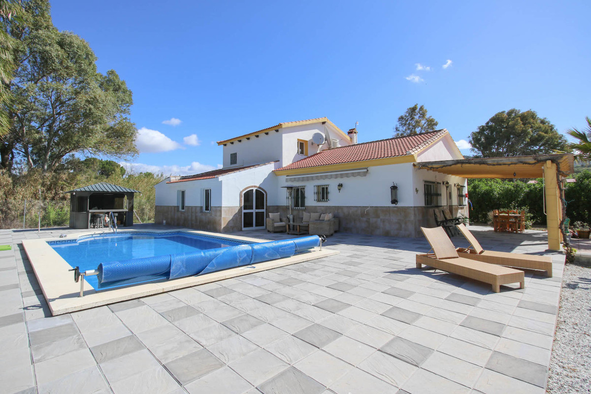 Arrive, unpack and RELAX ...  .   Good access .   Beautiful Pool Area .   Close to 3 towns, Coin, Al, Spain