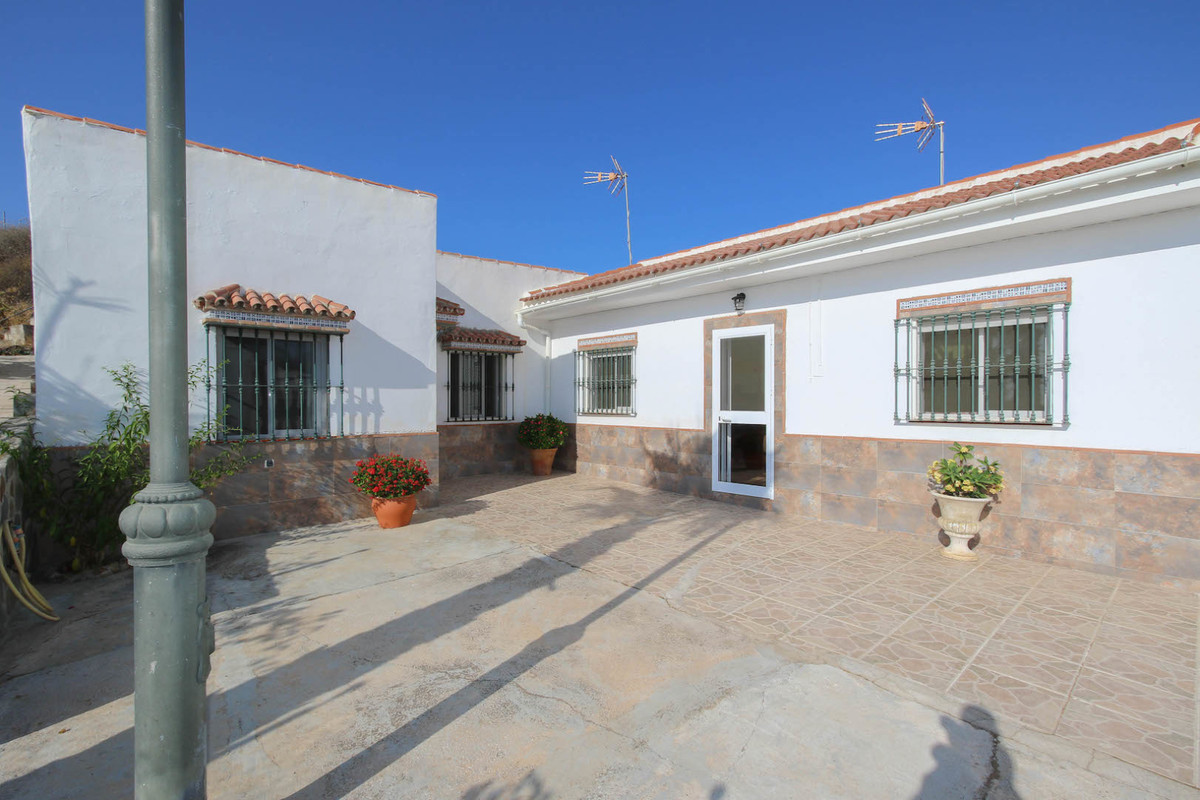 Detached villa with separate accommodation in the El Sexmo area of Cartama.   Located in the heart o, Spain
