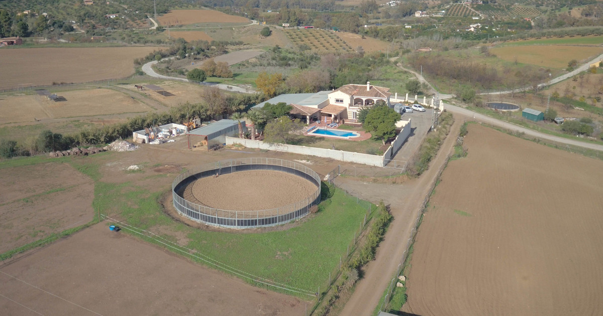 Large EQUESTRIAN Property  .  OCA License for 10 horses .  8 Stables .  Yard .  DRESSAGE Area .  Bar,Spain