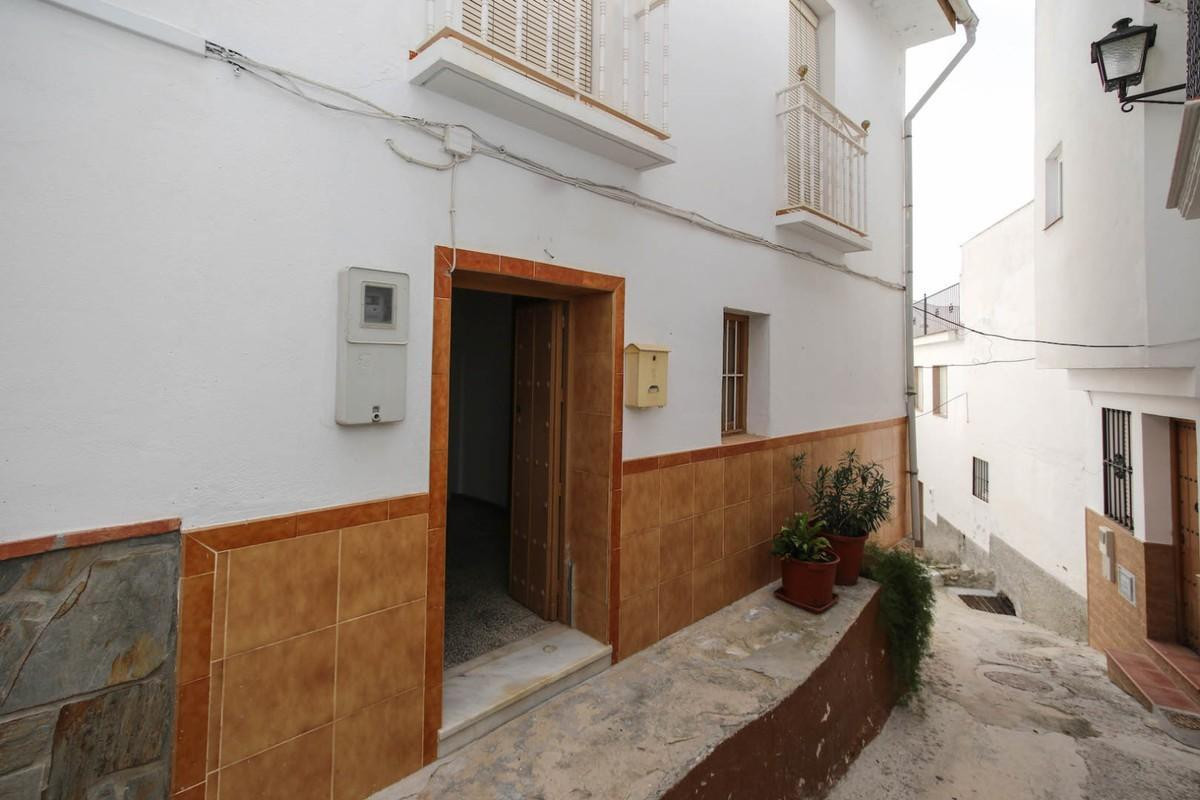 Right in the centre of town, great access and an easy stroll into town.  This good sized townhouse i,Spain