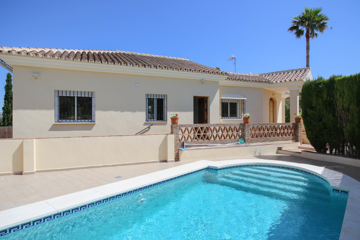 SPACIOUS Villa  .   Separate Apartment .   Large Garage .   Walking distance to town .   Blank Canva,Spain
