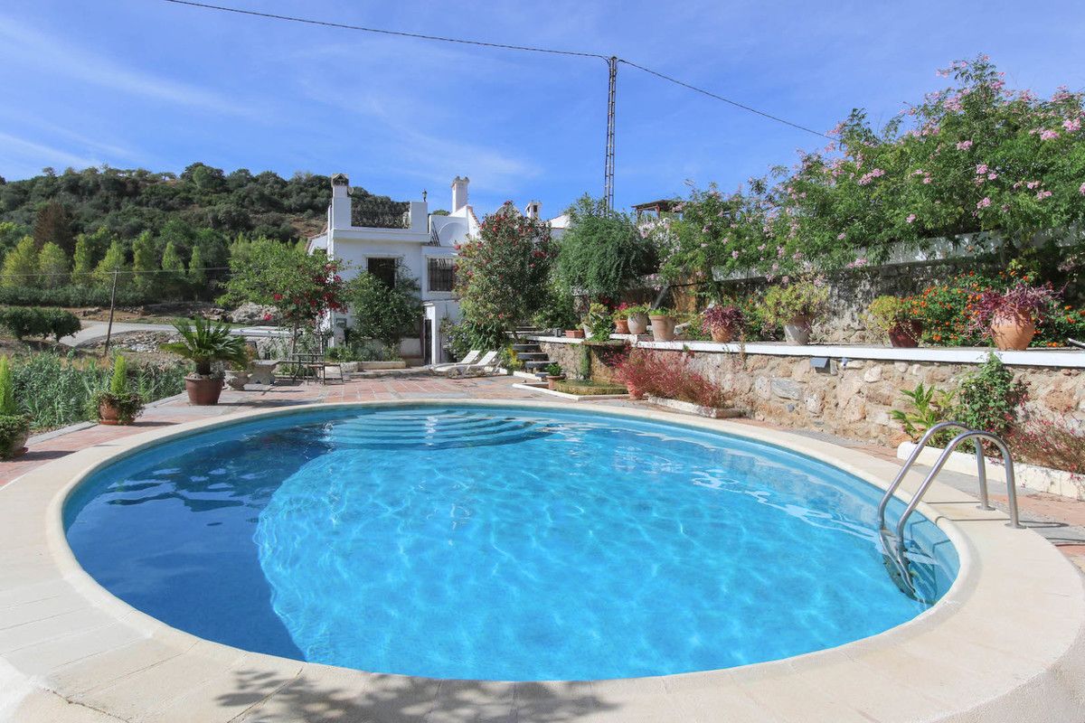 A CHARMING townhouse in a CHARMING urbanisation  .   Short drive to town .   Recently reformed .   G,Spain