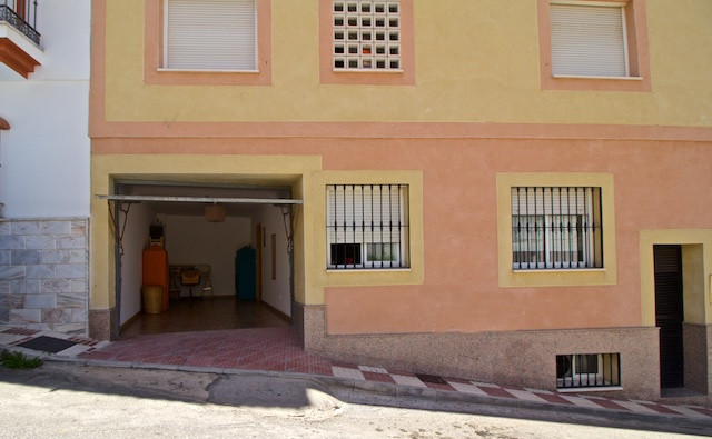 Cosy ground floor flat situated in the heart of Alhaurin el Grande and a step into the plentiful tow, Spain