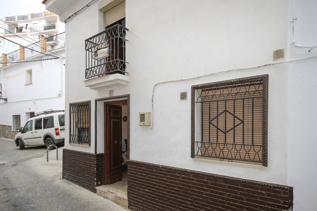 Pretty three story townhouse in the lovely village of Casarabonela.  This perfect bolthole in rural , Spain