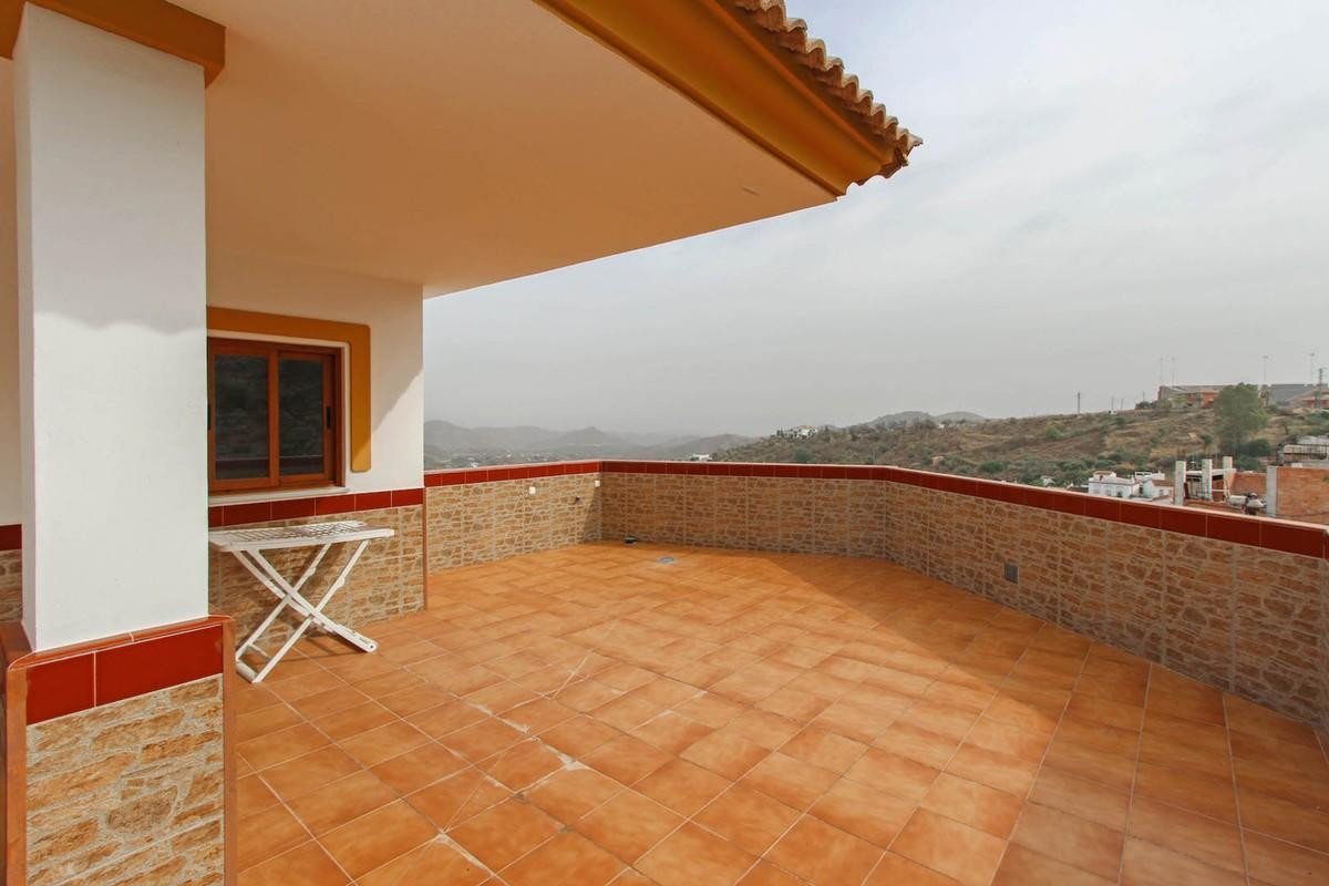 Modern and fresh apartment in Guaro with spacious communal terrace.  A blank canvas for its new owne,Spain