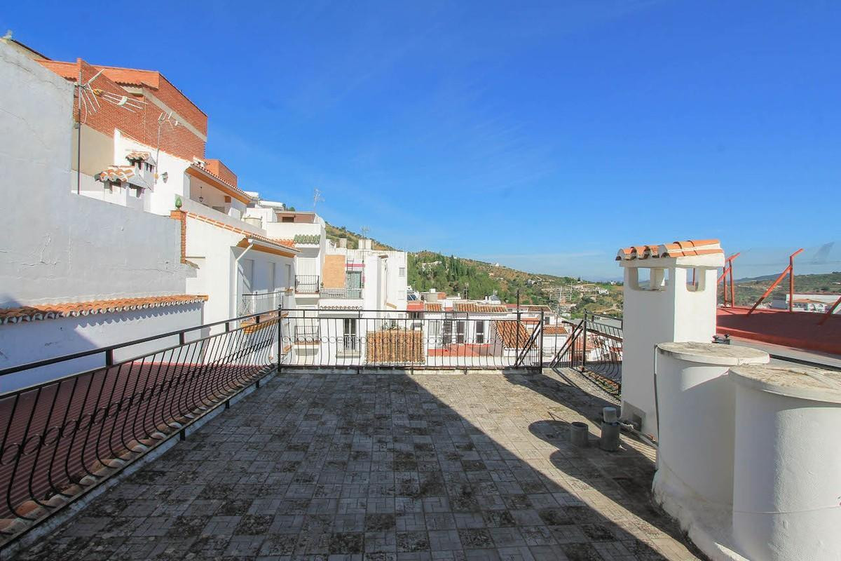 Large townhouse in Tolox with stunning mountains views. BAGS OF POTENTIAL  This incredibly spacious ,Spain