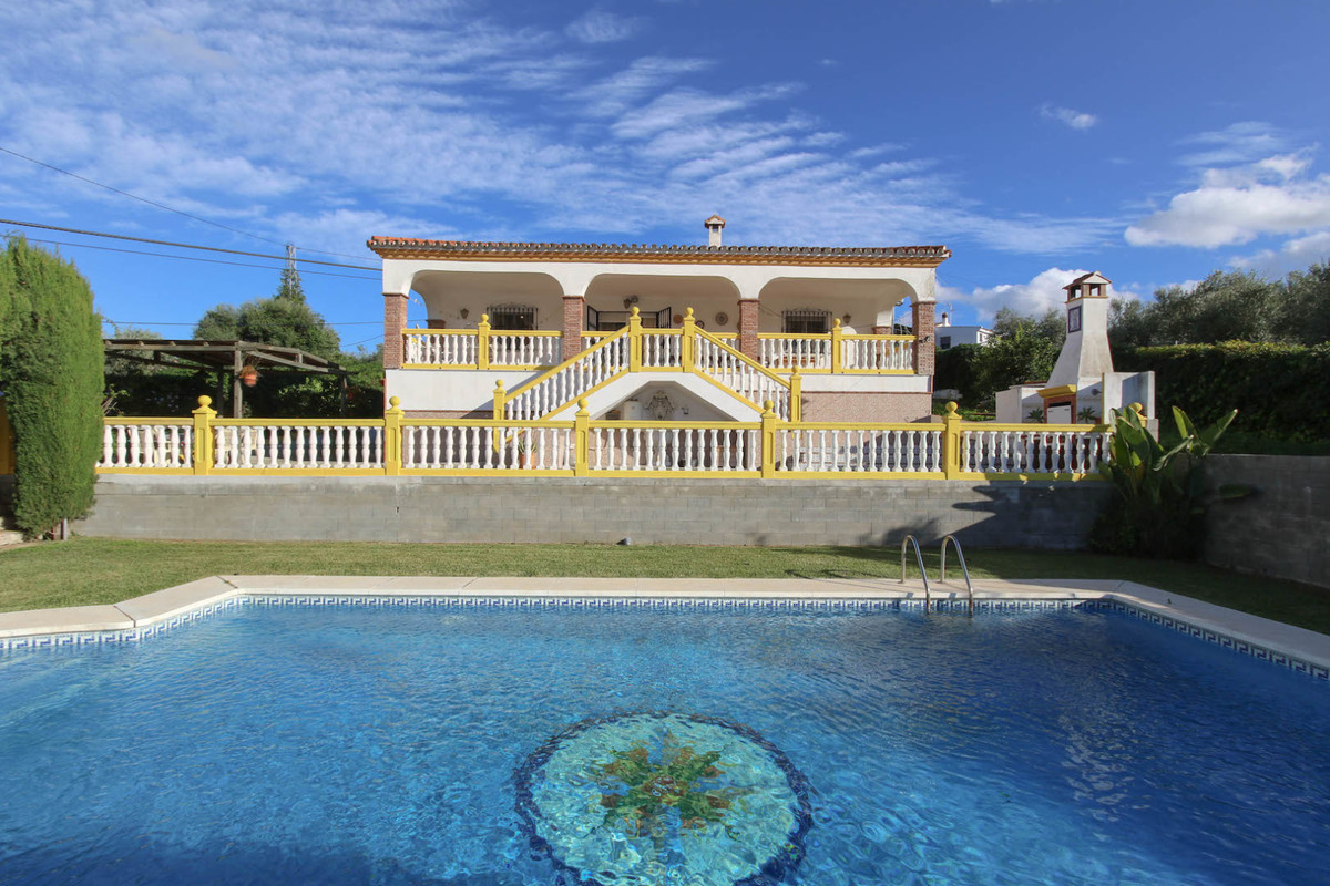 Detached Villa, WALKING DISTANCE to monda.   This counrty villa with a manageable flat plot of 1100m,Spain