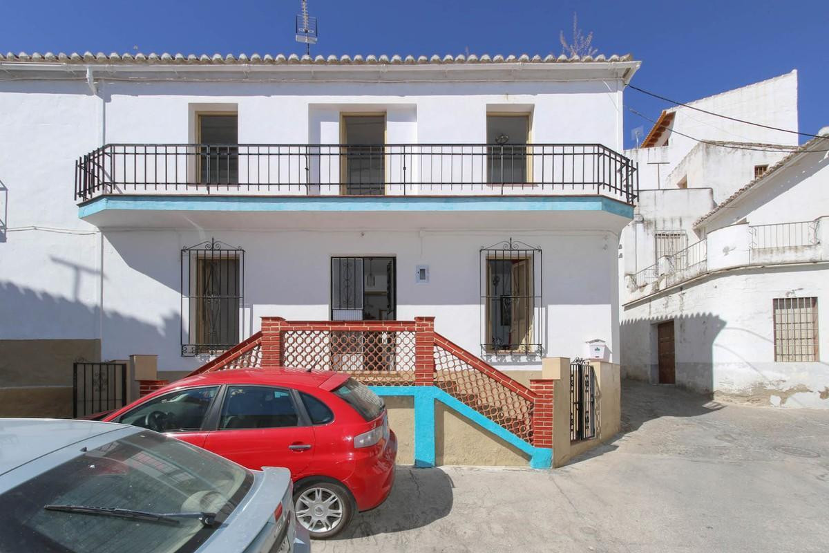 Great property with bags of potential location in a central position in Guaro.   Sitting on the corn, Spain