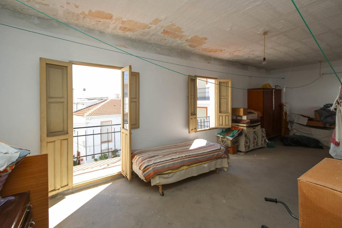5 Bedroom Townhouse For Sale, Guaro