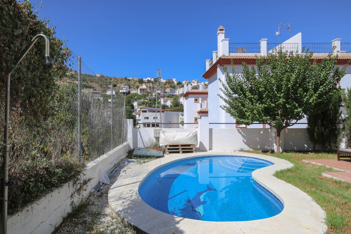 This semi-detached villa in Tolox is MOVE-IN READY  .   Plunge pool .   Walking distance to village , Spain