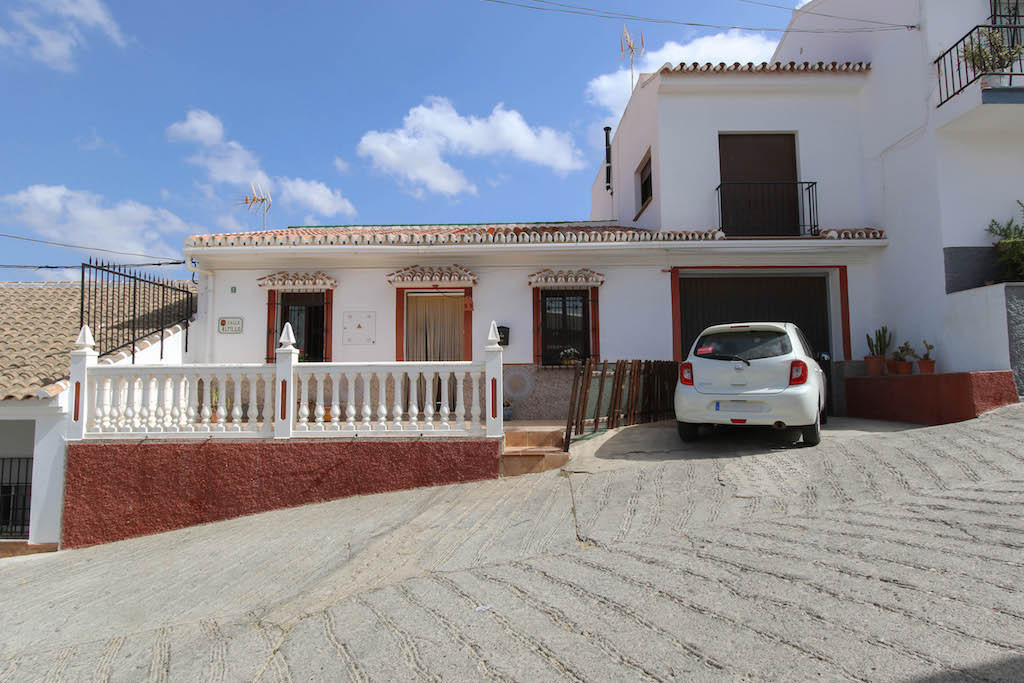 Totally reformed and modernised townhouse in excellent condition.  The property is built around a ty,Spain