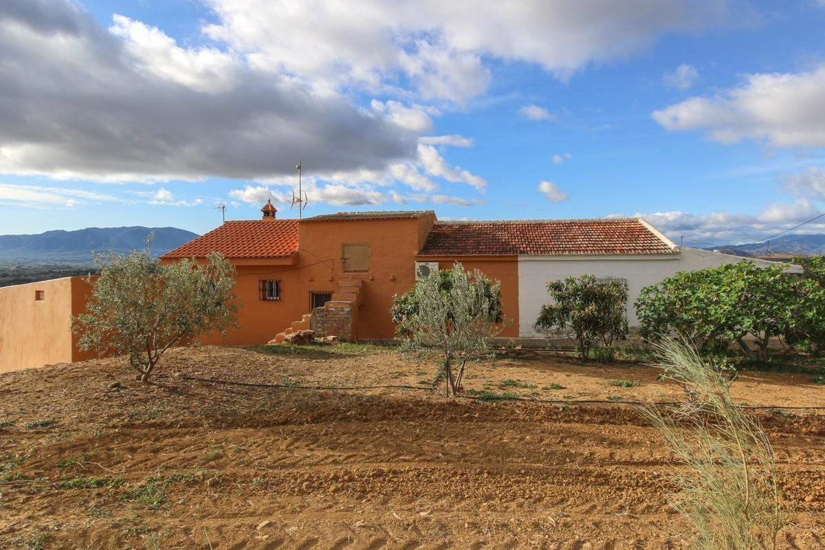 Semi-detached country house, with flat plot of land and mountain views!   This semi-detached country,Spain