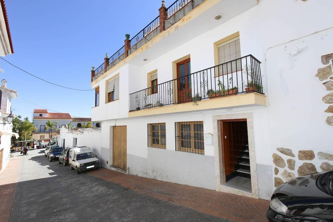 INVESTMENT opportunity in the center of Guaro!  .   WHAREHOUSE and property .   Space, Space, Space , Spain