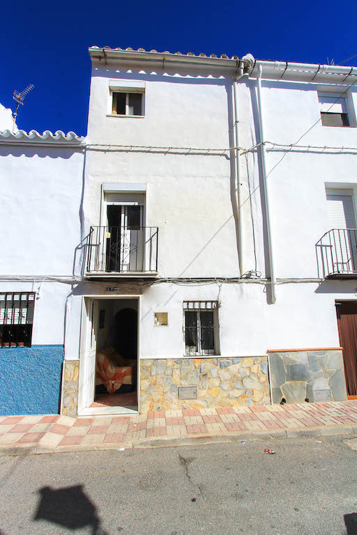 Located in the centre of Yunquera, this spacious t