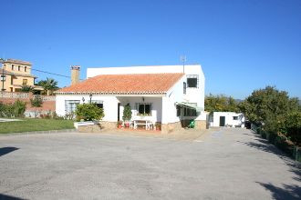 Situated within 15 minutes of Malaga, this 5 bedroomed Casa is set in 2500m2 of flat land. The finca, Spain