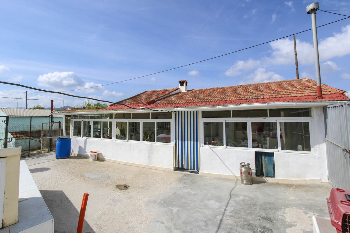 A rural property yet within very short and easy walking distance to town?   This bungalow style prop,Spain