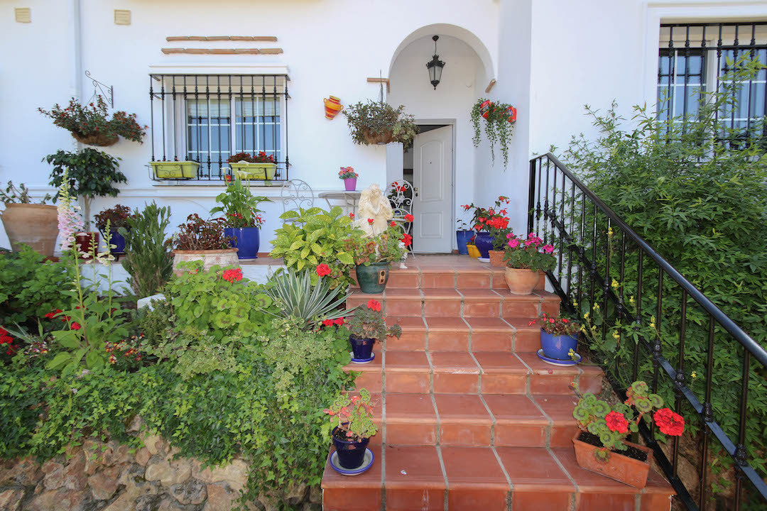 What a wonderful opportunity to own a foot line golf double aspected townhouse on Lauro Golf. This p,Spain