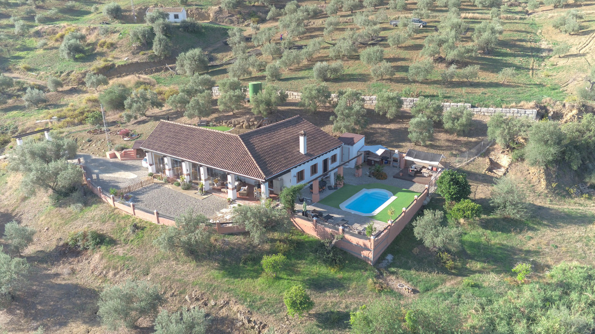 SHOW HOME   .   WOW factor .   Fantastic views .   Immaculately presented  This spacious property lo, Spain