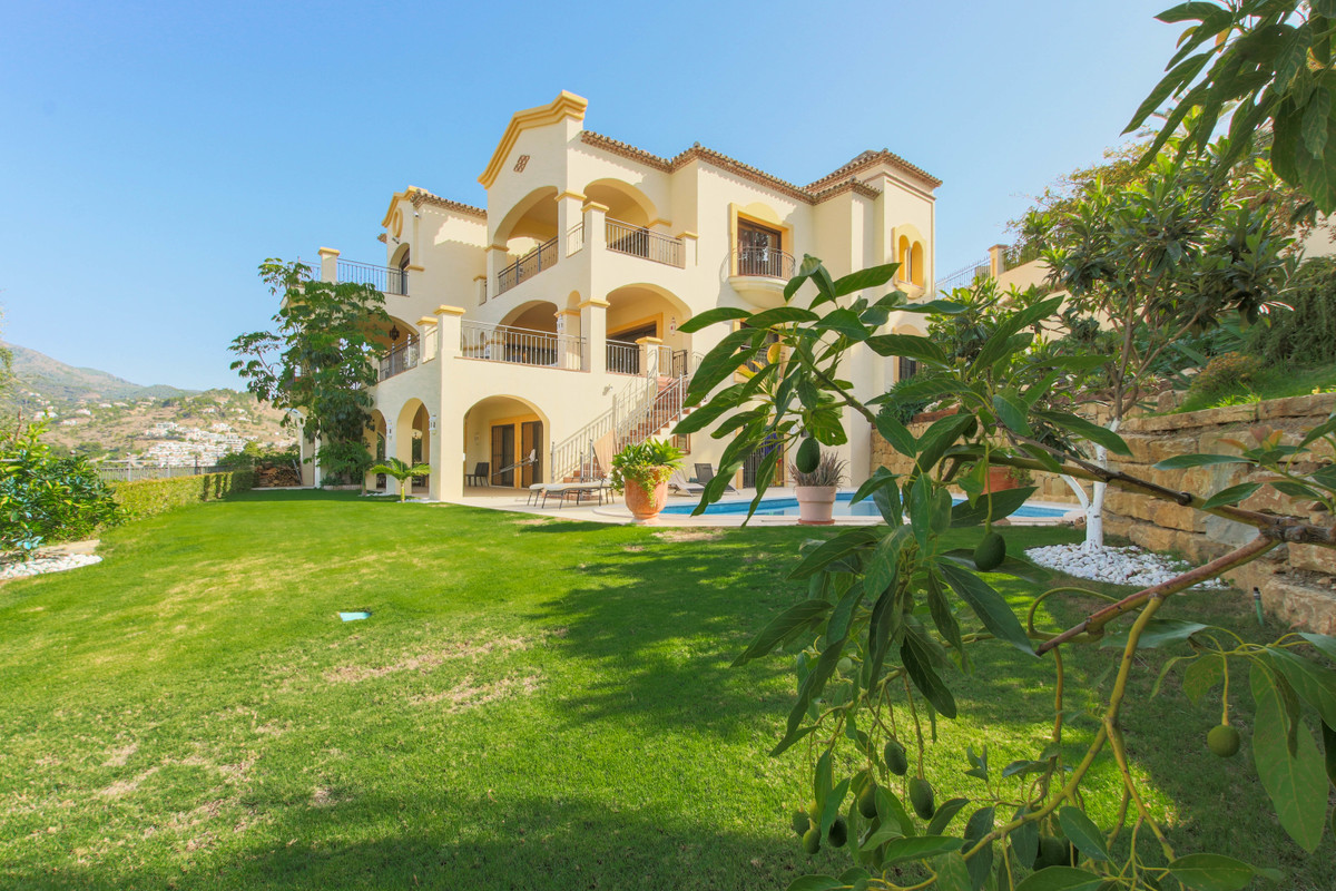 Detached Villa, La Quinta, Costa del Sol. Built 895 m², Terrace 150 m², Garden/Plot 2720 m².  Settin, Spain