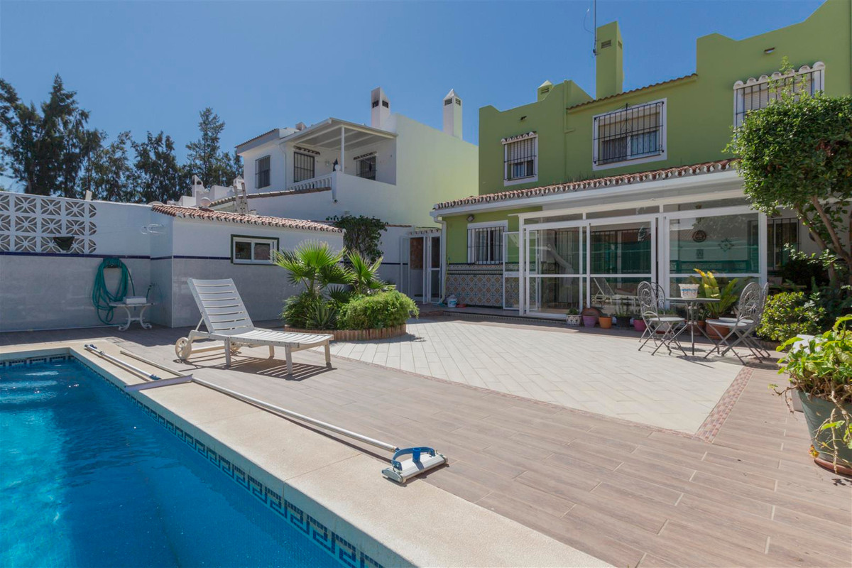Spacious three-level townhouse located in a tranquil area of Los Limoneros, near Marbella.  On the fSpain